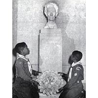 Boy Scouts place wreath at Lincoln bust, 1947