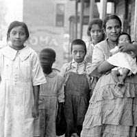 Visiting nurse with Mexican children, 1922