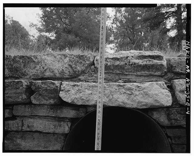 DETAILED VIEW OF MASONRY WORK OF THE HEADWALL LOOKING TO THE SOUTH - Grand Canyon National Park Roads, Apache Street Headwall No. 1, Northwest corner of intersection of Apache Street and Center Road, Grand Canyon Village, Coconino County, AZ