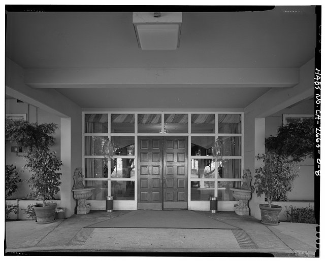 VIEW OF BUILDING 24, DETAIL OF MAIN ENTRANCE DOORWAY AND WINDOWS, WEST SIDE, FACING EAST - Roosevelt Base, Officers' Club, Corner of Pennsylvania Street & Richardson Avenue, Long Beach, Los Angeles County, CA