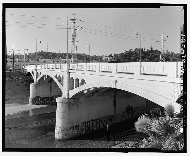 2.  DETAIL VIEW OF SOUTHSIDE OF MAIN STREET BRIDGE CROSSING THE LOS ANGELES RIVER. LOOKING NORTHWEST. - North Main Street Bridge, Los Angeles, Los Angeles County, CA