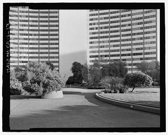 DETAIL VIEW OF CENTER PLAZA AND PLANTINGS. KAISER CENTER AT REAR.   LOOKING SSE. - Kaiser Center, 300 Lakeside Drive, Oakland, Alameda County, CA
