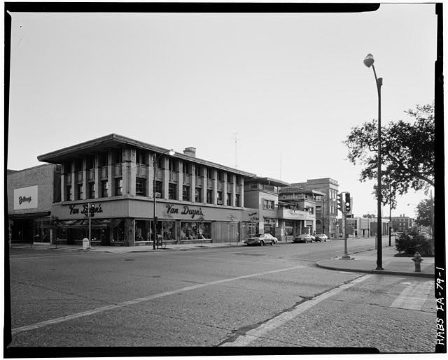 1.  VIEW FROM NORTHEAST SHOWING CITY NATIONAL BANK (FOREGROUND) AND PARK INN HOTEL (HABS # IA-80). - City National Bank, 4 South Federal Avenue, Mason City, Cerro Gordo County, IA