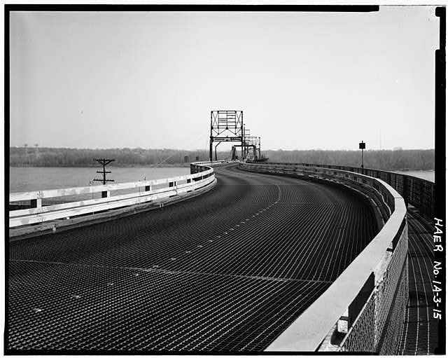15.  GENERAL DECK VIEW, KEOKUK HIGHWAY APPROACH, LOOKING E TOWARD THE BRIDGE. PHOTOGRAPHER: ROBERT A. RYAN - Keokuk & Hamilton Bridge, Spanning Mississippi River, Keokuk, Lee County, IA
