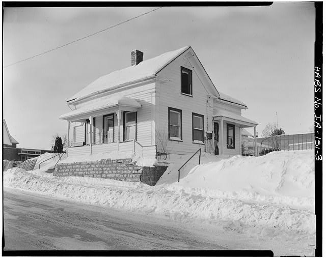 3.  NORTHEAST CORNER, VIEW TO SOUTHWEST - P. J. Almquist House, 16 Second Street Northwest, Waukon, Allamakee County, IA