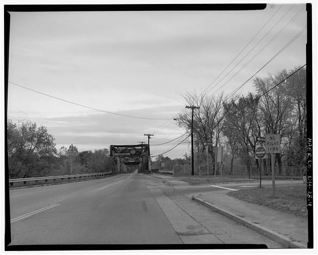 4.  View looking southeast, showing northwest approach and off ramp from I-93. - Manchester Street Bridge, Spanning Merrimack River at Manchester Street (U.S. Route 3), Concord, Merrimack County, NH