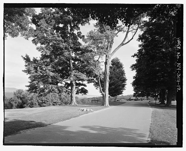 12.  Road view of overlook parking area, NPS Route 10, View N. - Vanderbilt Mansion Roads & Bridges, Hyde Park, Dutchess County, NY