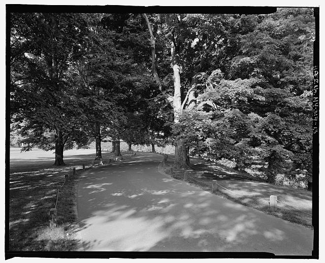 13.  View back to overlook with guideposts and chains, NPS Route 10, view W. - Vanderbilt Mansion Roads & Bridges, Hyde Park, Dutchess County, NY
