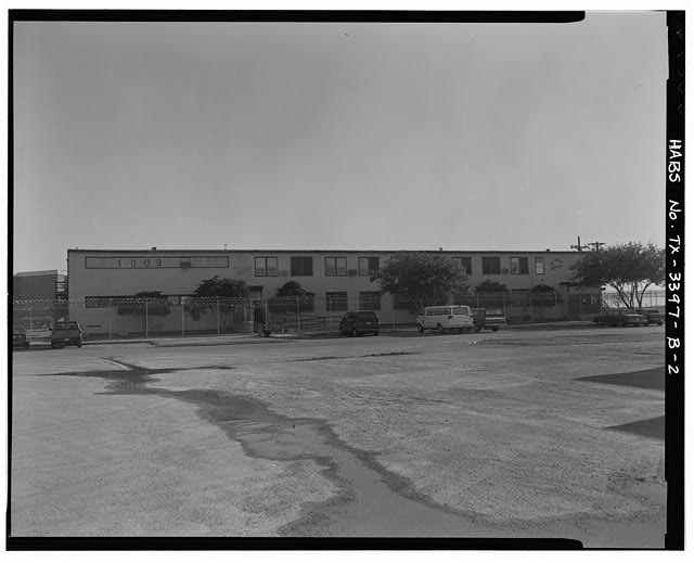 2.  Southwest side of Building 1009, (enlisted waves' barracks), looking northeast - Naval Air Station Chase Field, Building 1009, Essex Street, .68 mile South-southeast of intersection of Texas State Highway 202 & Independence Street, Beeville, Bee County, TX
