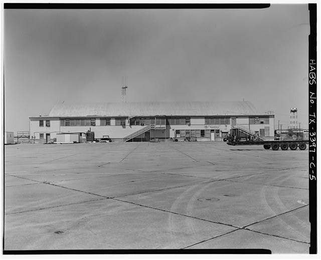 5.  Southeast side of Building 1015 (land plane hangar), looking northwest - Naval Air Station Chase Field, Building 1015, Byrd Street, .82 mile South-southeast of intersection of Texas State Highway 202 & Independence Street, Beeville, Bee County, TX