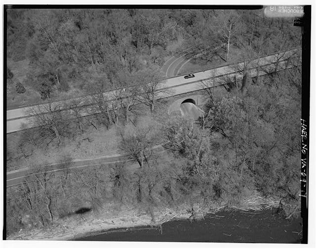 17.  AERIAL VIEW OF FT. HUNT OVERPASS LOOKING NORTHWEST. - George Washington Memorial Parkway, Along Potomac River from McLean to Mount Vernon, VA, Mount Vernon, Fairfax County, VA