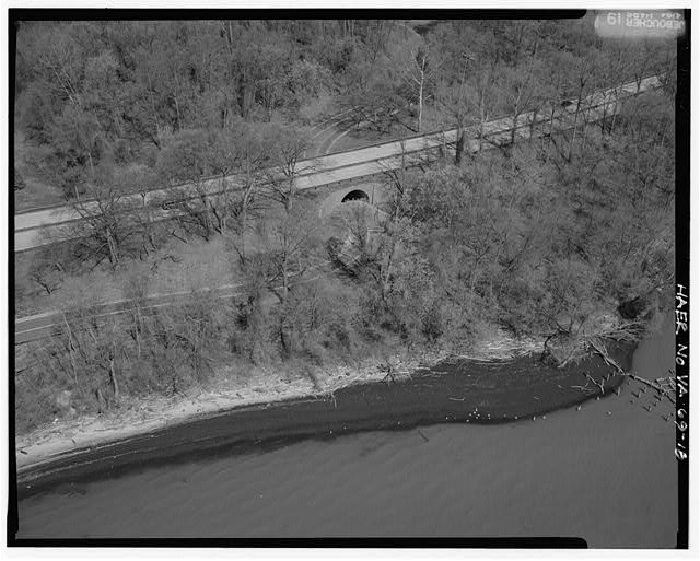 18.  AERIAL VIEW OF FT. HUNT OVERPASS LOOKING NORTHWEST. - George Washington Memorial Parkway, Along Potomac River from McLean to Mount Vernon, VA, Mount Vernon, Fairfax County, VA