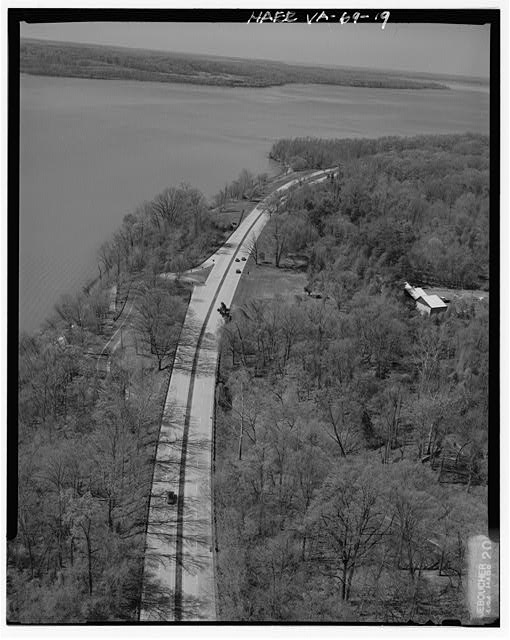 19.  AERIAL VIEW APPROACHING FT. HUNT OVERPASS LOOKING SOUTHWEST. - George Washington Memorial Parkway, Along Potomac River from McLean to Mount Vernon, VA, Mount Vernon, Fairfax County, VA