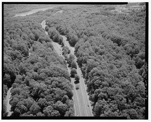 104.  AERIAL VIEW AT TURKEY RUN RECREATION AREA LOOKING SOUTH. - George Washington Memorial Parkway, Along Potomac River from McLean to Mount Vernon, VA, Mount Vernon, Fairfax County, VA