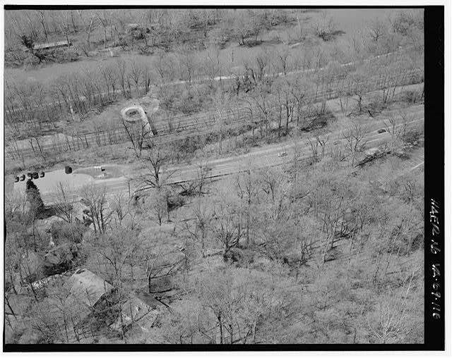 116.  AERIAL VIEW OF PEDESTRIAN OVERPASS AT SYCAMORE ISLAND LOOKING SOUTHWEST. - George Washington Memorial Parkway, Along Potomac River from McLean to Mount Vernon, VA, Mount Vernon, Fairfax County, VA