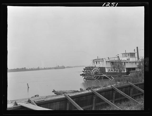 Paddle wheel steamboat on river, New Orleans