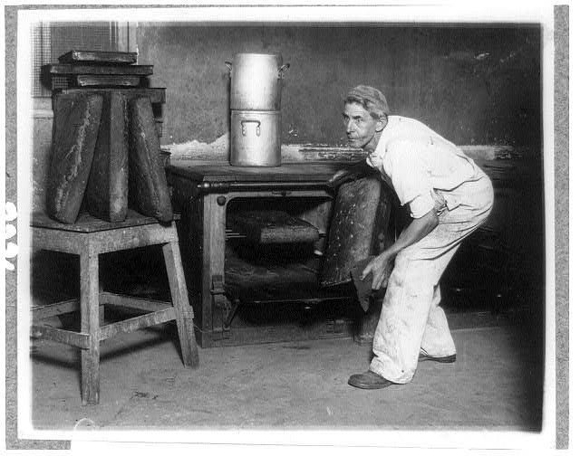 [Charles C. Trevey baking huge loaves for the bears at the National Zoo, Washington, D.C.]
