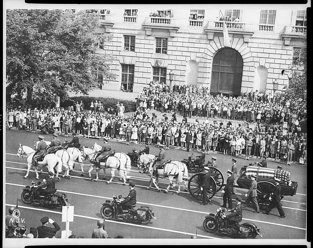 [Roosevelt's funeral procession with horse-drawn casket, Pennsylvania Ave.]