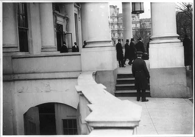 [Woodrow Wilson's inauguration: Woodrow Wilson and Wm. Howard Taft leaving the White House]