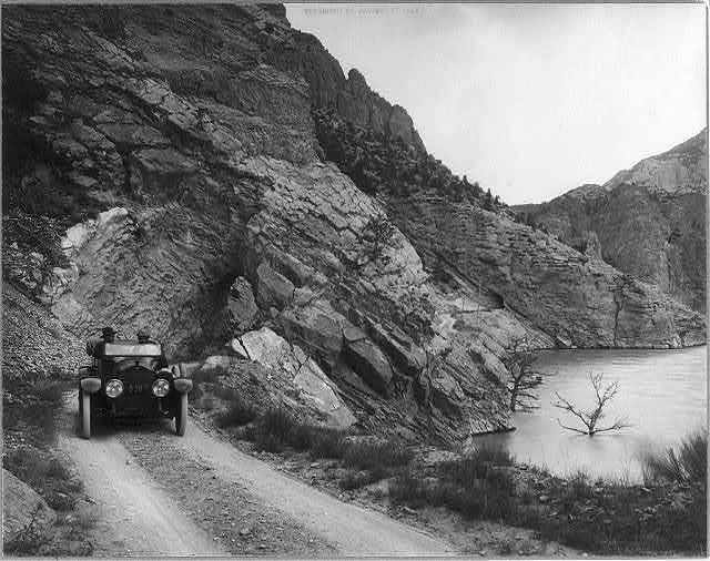 Yellowstone National Park: Auto above Shoshone dam