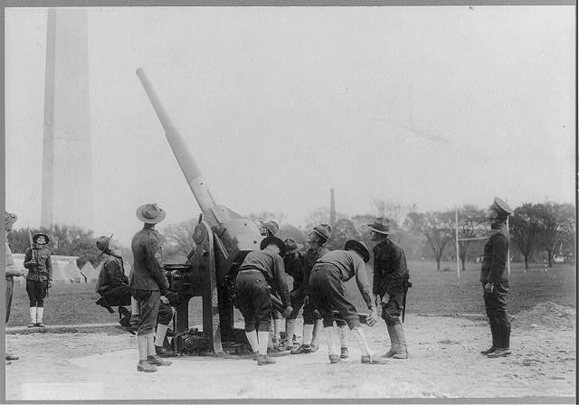 [Soldiers with anti-aircraft gun in foregrd.; Washington Monument in backgrd.]
