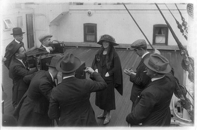Alma Gluck posed for cameramen with reporters on ship