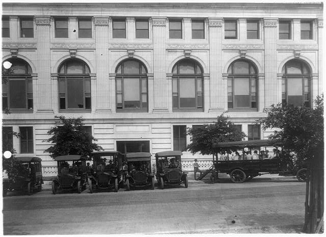[Bus and mail(?) trucks in front of the Washington, D.C., Post Office]