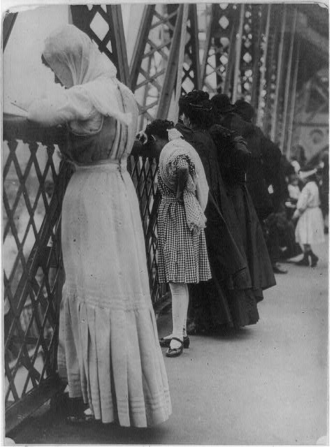 [Jews praying on Williamsburg Bridge, New York City, on New Year's Day]