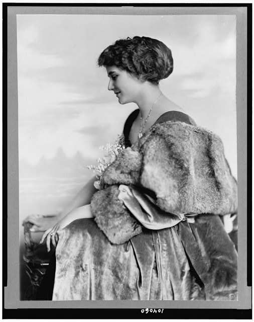 [Edith Gracie, three-quarter length portrait, seated, facing left]