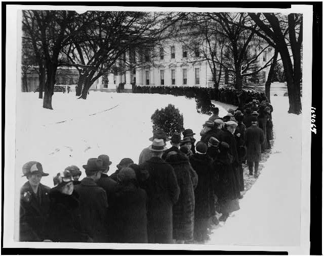 [Crowd waiting in line outside of White House for New Year reception]