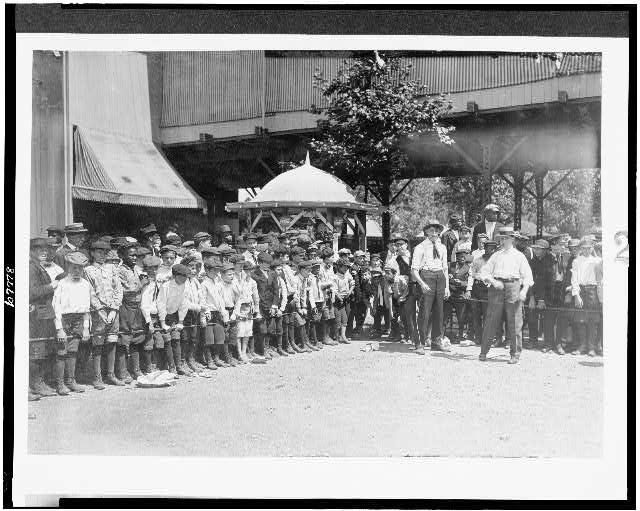 Watching the Finish, Newsboys' Picnic, Cincinnati. Aug., 1908.  Location: Cincinnati, Ohio.