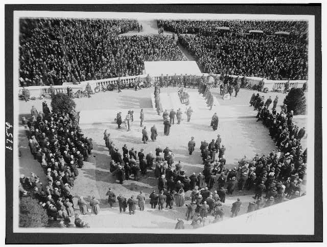 [Crowd at burial ceremony of the Unknown Soldier in Arlington Cemetery]
