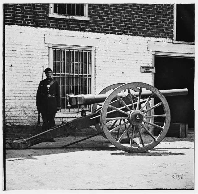 Richmond, Virginia. Federal soldier guarding cannon. (Modified 12-pdr. breech-loading Whitworth)
