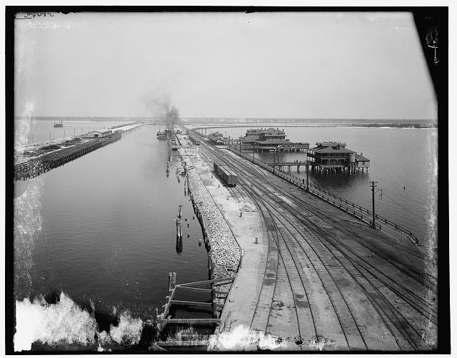 [Tampa Inn and docks, Tampa, Fla.]