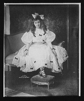 [Edna Wallace Hopper, seated, full-length portrait with foot on stool]