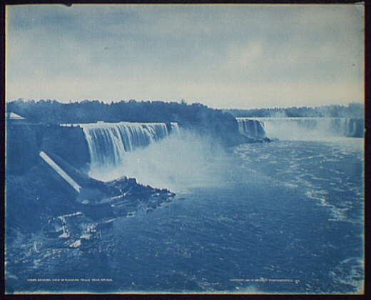 General view of Niagara Falls from bridge