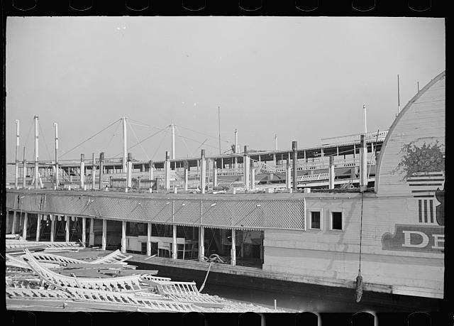 [Untitled photo, possibly related to: Mississippi River steamboat, Saint Louis, Missouri]
