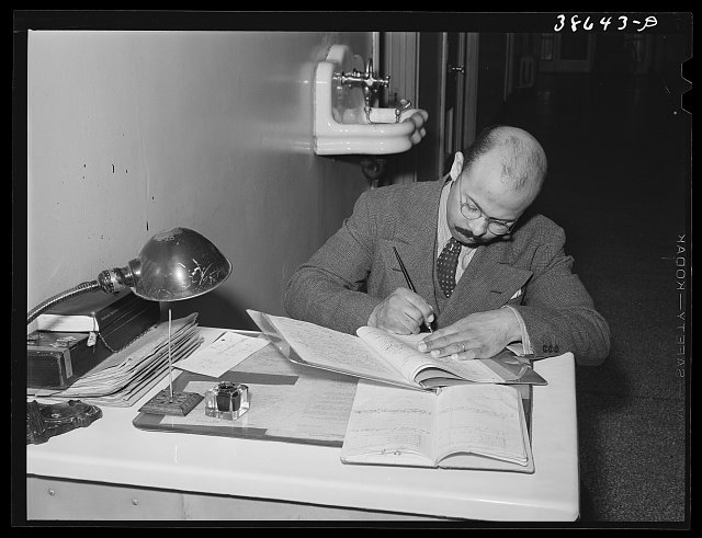 Doctor &quot;signing in&quot; at Negro hospital on southside of Chicago, Illinois