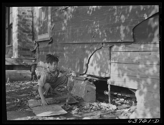 Water supply for four families of sugar beet workers. Saginaw Farms, Michigan, a FSA (Farm Security Administration) project