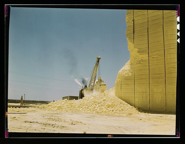 Loading sulphur from vat, Freeport Sulphur Co., Hoskins Mound, Texas