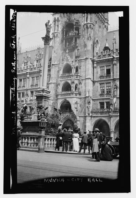 [Crowd watching City Hall clock, Munich]