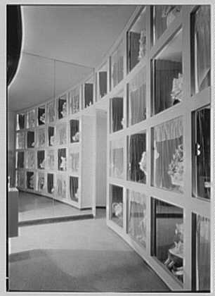 Barton's Bonbonniere, business at Broadway and 81st St., New York City. Sharp view of showcases