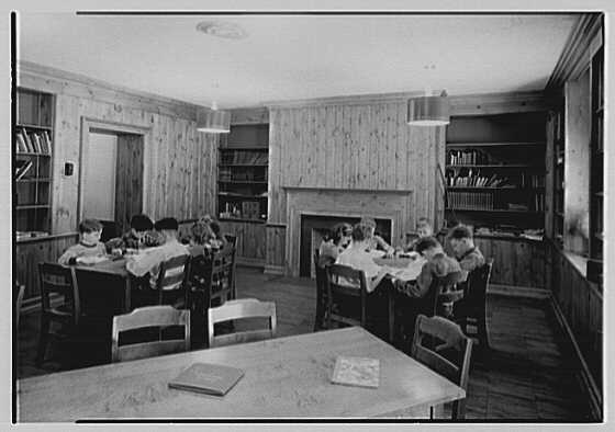 Quaker Ridge Elementary School, Weaver St., Scarsdale, New York. Library