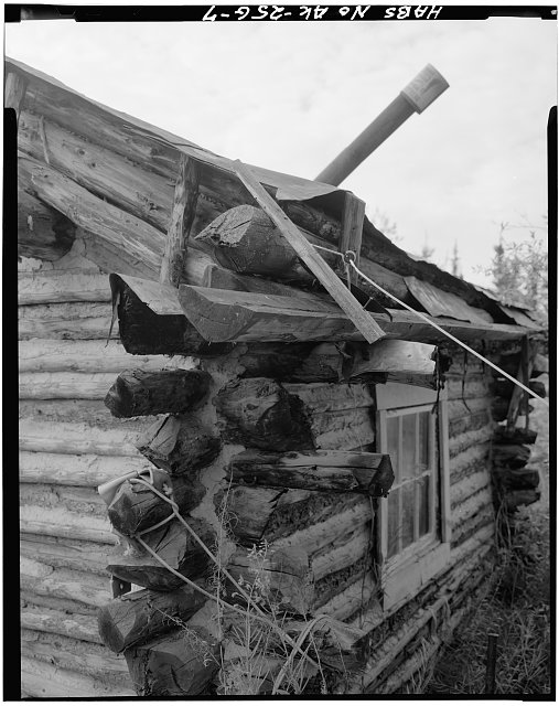 7.  DETAIL OF CABIN CORNER, SHOWING WOODEN GUTTER POLE - Vincent Knorr Homestead, Koyukuk River at Wiseman Creek, Bettles Vicinity, Wiseman, Yukon-Koyukuk Census Area, AK