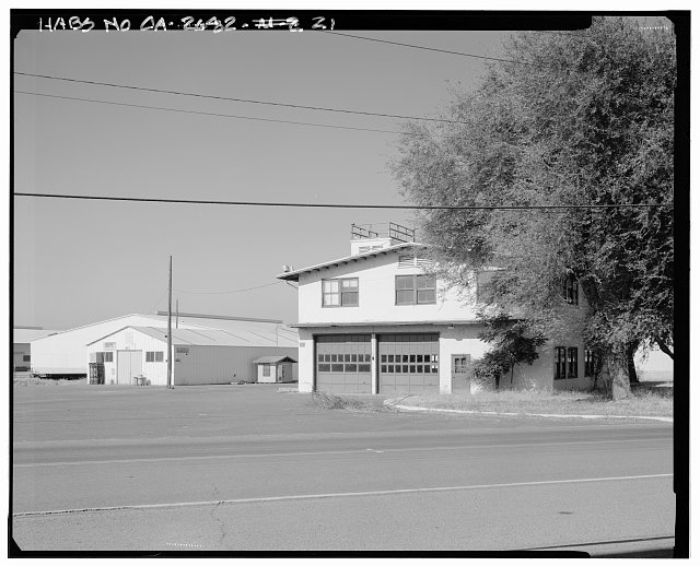 Contextual view of south end of Hooper Drive.  Bachelor officer's quarters (building no. 24) is shown in background.  Camera facing southeast. - Naval Supply Annex Stockton, Rough & Ready Island, Stockton, San Joaquin County, CA