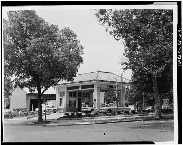 1.  EAST FRONT AND SOUTH SIDE - Humble Service Station, Southwest corner, Twenty-sixth Street & Pennsylvania Avenue Northwest, Washington, District of Columbia, DC