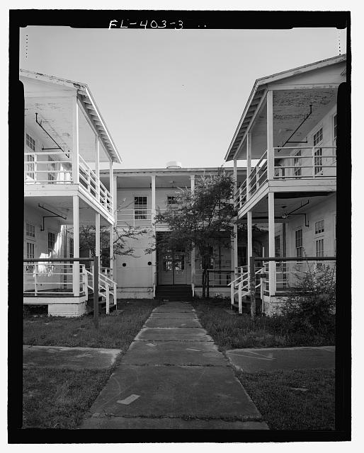 North front, Detail of porches and courtyard, view towards South. - U.S. Naval Air Station, Lodge, Southeast corner of West and North Avenues, Pensacola, Escambia County, FL