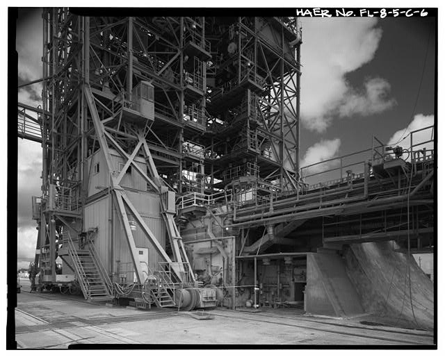 6.  DETAIL OF DRIVE TRUCK ASSEMBLY. MOBILE SERVICE STRUCTURE SPANNING LAUNCHER BUILDING WITH FLAME DUCT FAR RIGHT; VIEW TO NORTHWEST. - Cape Canaveral Air Station, Launch Complex 17, Facility 28416, East end of Lighthouse Road, Cape Canaveral, Brevard County, FL