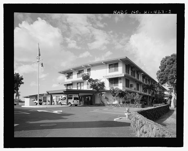 OBLIQUE OF THE NORTHEAST END (MAIN ENTRY) AND NORTHWEST SIDE, WITH FACILITY 346 ON LEFT. - U.S. Naval Base, Pearl Harbor, Joint Intelligence Center, Makalapa Drive in Makalapa Administration Area, Pearl City, Honolulu County, HI