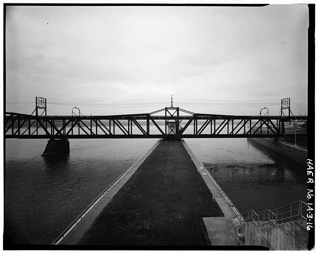 16.  SWING SPAN: UPSTREAM ELEVATION, LOOKING SSW. PHOTOGRAPHER: ROBERT A. RYAN - Keokuk & Hamilton Bridge, Spanning Mississippi River, Keokuk, Lee County, IA